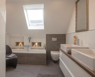 Renovatie en ombouw van een particulare badkamer, Duitsland (Fundo Top, I-Board, Fundo Riolito, Zitbank 2)