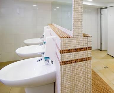 Transformation de l'espace salle de bain de la régie municipale de Emsdetten, Rhénanie-du-Nord-Westphalie (panneau de construction, Sanoasa, Fundo Riolito)<br/>